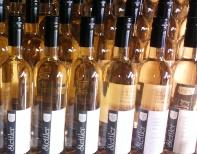 Rheingauer Wein; der neue Jahrgang ist frisch abgefüült.